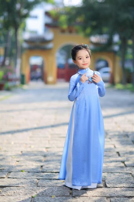 Tan chảy với bộ ảnh mẫu nhí Đỗ Hoàng Thiên Nga trong áo dài Việt Hùng